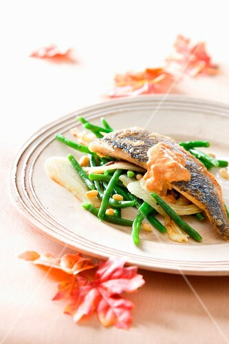 Sea bass with green beans and tomato sauce