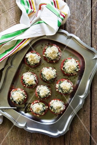 Oven-baked tomatoes stuffed with spinach, with a breadcrumb crust
