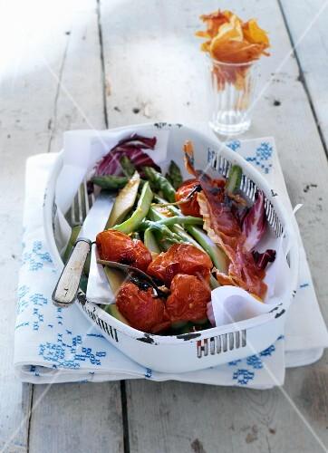 Spargelsalat mit gebratenen Kirschtomaten und Serranoschinken