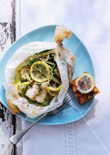 Cod with lemon slices, green beans and fennel, wrapped in baking parchment