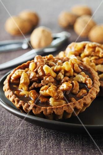 Walnut tartlets with chocolate