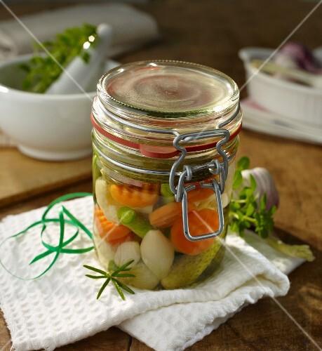 mixed pickles s ss sauer eingelegtes gem se bild kaufen 11179927 stockfood. Black Bedroom Furniture Sets. Home Design Ideas