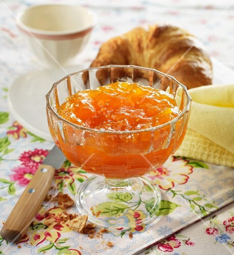 Peach jam with cinnamon and sherry