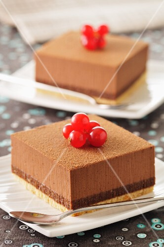 Chocolate slices with redcurrants