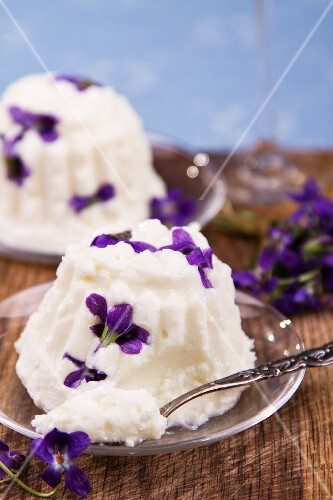 Quark pudding with fresh violets