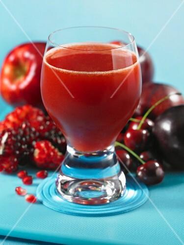 Pom Pom Cocktail (aus rotem Fruchtsaft und Wodka)