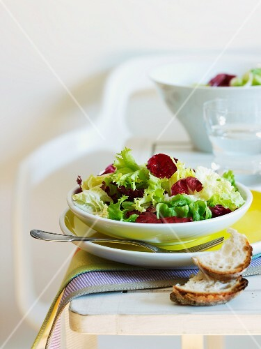 Mixed leaf salad with white bread