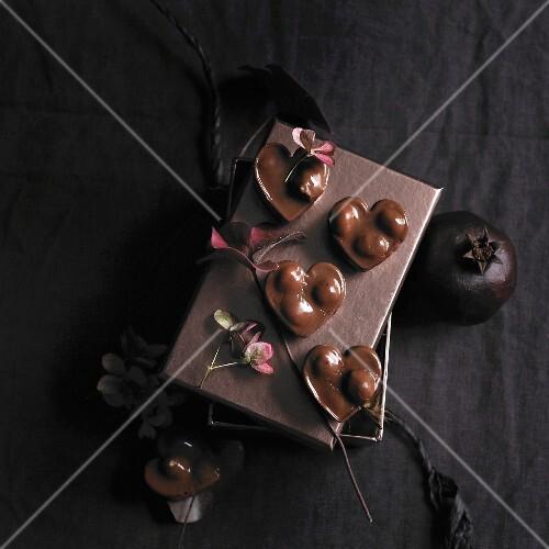 Herzförmiges Schokoladen-Nuss-Konfekt