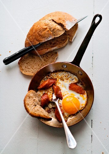 Fried egg with smoked sausage and bread