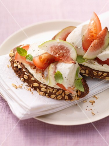 Wholemeal bread with mozzarella, tomatoes and figs