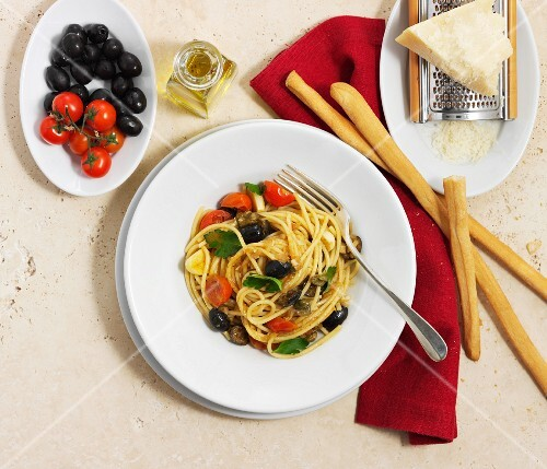 Spaghetti with olives and tomatoes