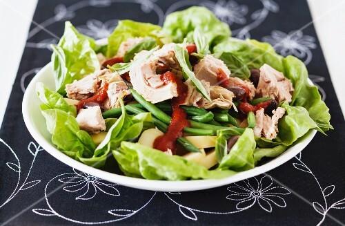 Tuna salad with chilli sauce