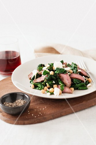 Lamb salad with spinach, chickpeas and feta