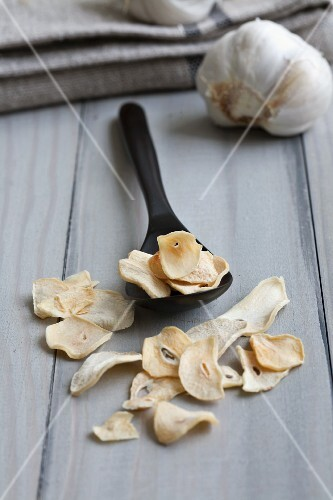 Dried garlic crisps