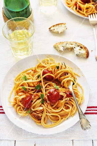 Spaghetti alla crotonese (pasta with tomato and tuna)