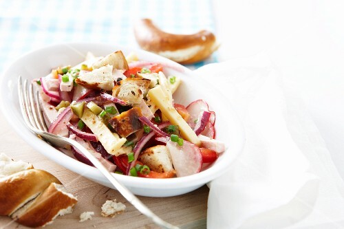 Vegetable salad with lye bread croutons