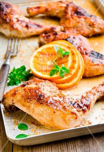Hähnchenschenkel mit Orangen und frischem Oregano