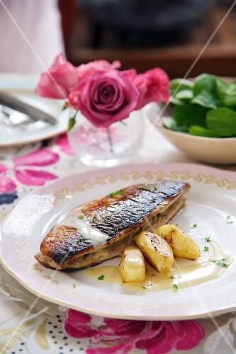 Fried mackerel à la normande with steamed apples