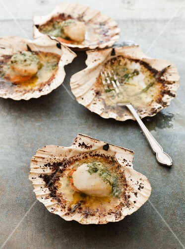Fried scallops with garlic and white port