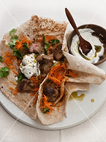 Wraps with lamb, carrot and yoghurt