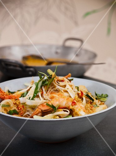 Rice noodles with king prawns and coconut milk (Asia)