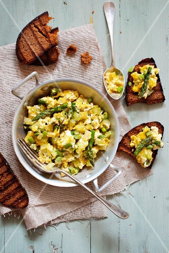 Scrambled egg with green asparagus, served with toasted bread