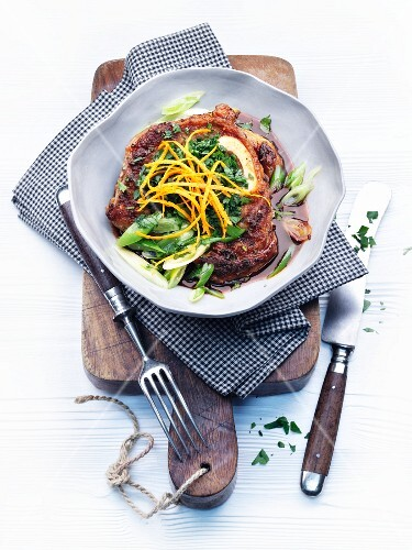 Pot-roasted shin of veal with spring onions and parsley
