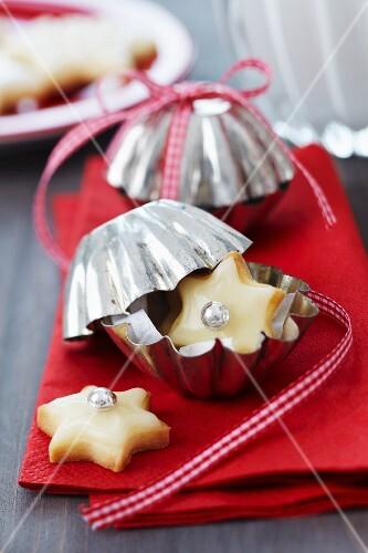 Weihnachtsplätzchen in kleiner Backform verpackt als Gastgeschenk