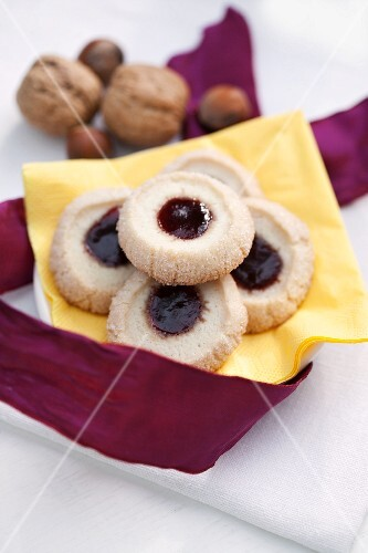 Shortbread biscuits with raspberry jam