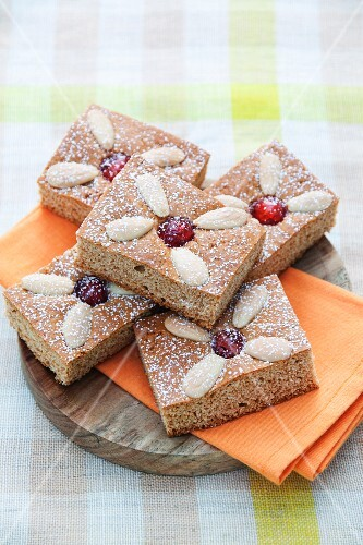Gingerbread with cherries and almonds
