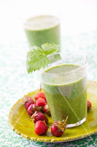 Strawberry-spinach smoothie in two glasses
