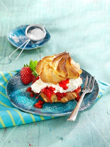 Profiterole with strawberry liqueur and strawberries