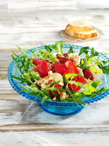 Savoury strawberry salad with mozzarella and cashew nuts