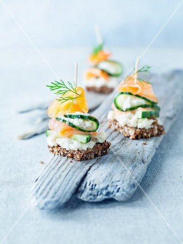 Salmon nibbles with horseradish, cucumber and dill