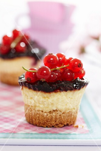 Mini cheesecakes with redcurrants