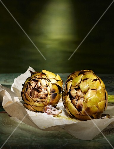 Barbecued artichokes with garlic, salt and olive oil