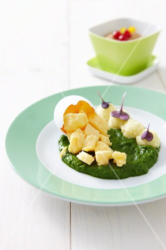 Scrambled egg on spinach