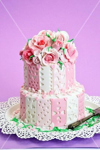 zweist ckige torte mit fondant rosen verziert bild kaufen 11200363 stockfood. Black Bedroom Furniture Sets. Home Design Ideas