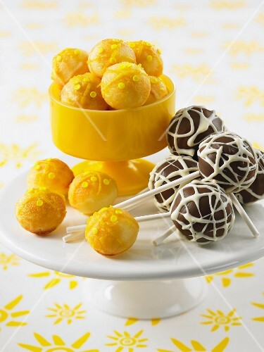 Assorted cake pops (lemon, chocolate)
