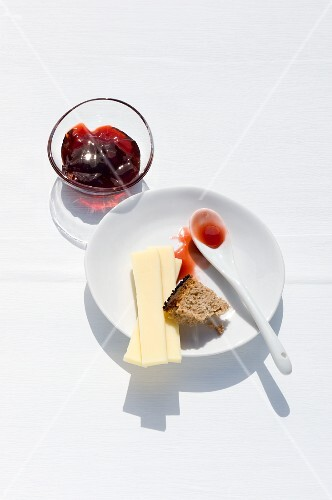 Strawberry & balsamic vinegar jelly with bread and cheese