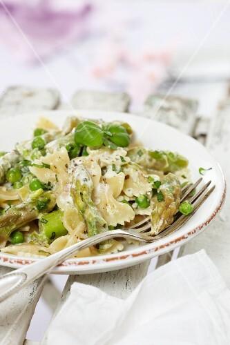 Farfalle with peas and asparagus
