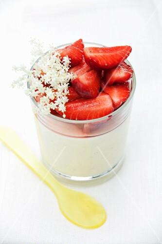 Vanilla pudding with fresh strawberries