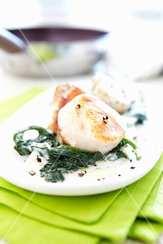 Fried scallops with spinach