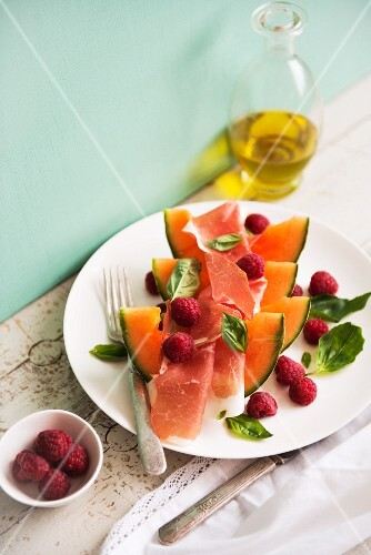 Melon with ham and raspberries