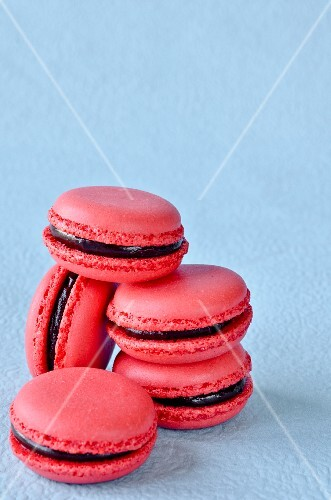 Raspberry macaroons with chocolate cream filling
