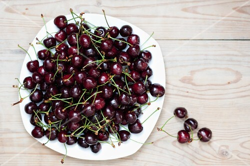 Cherries on a plate (view from above)