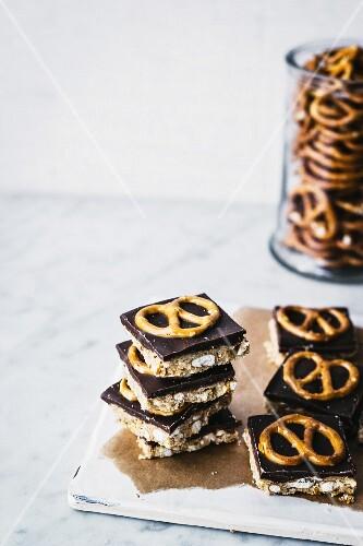 Erdnussbutterriegel mit Schokolade und Brezeln