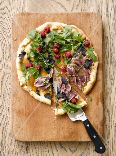 Pizza mit Himbeeren, Trüffel, Wildfleisch und Rosmarin