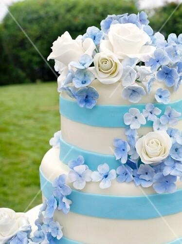 Mehrstockige Blau Weisse Hochzeitstorte Bilder Kaufen 11211381