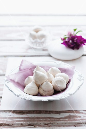 Blobs of coffee-flavoured meringue in a porcelain bowl